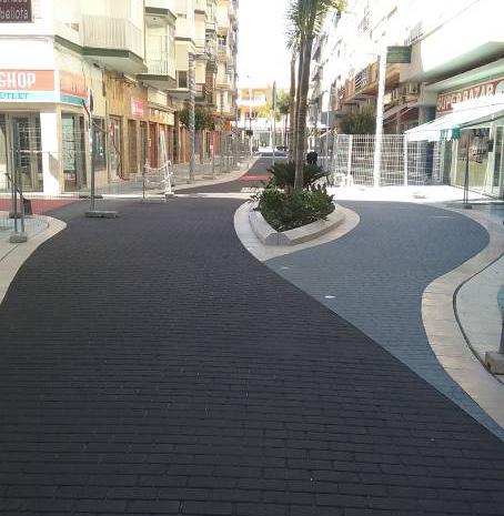 Nuevo pavimento personalizado en la calle torre del mar