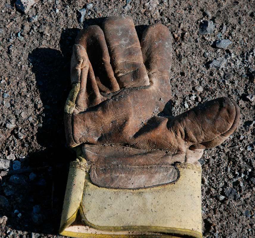 Ponerse guantes es esencial para la seguridad de los trabajadores en el asfalto