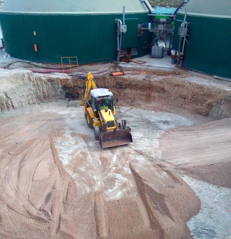 Excavadora en la planta de purines de Lorca