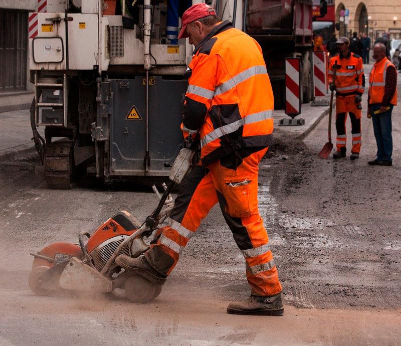 Trabajador arreglando el asfaltado
