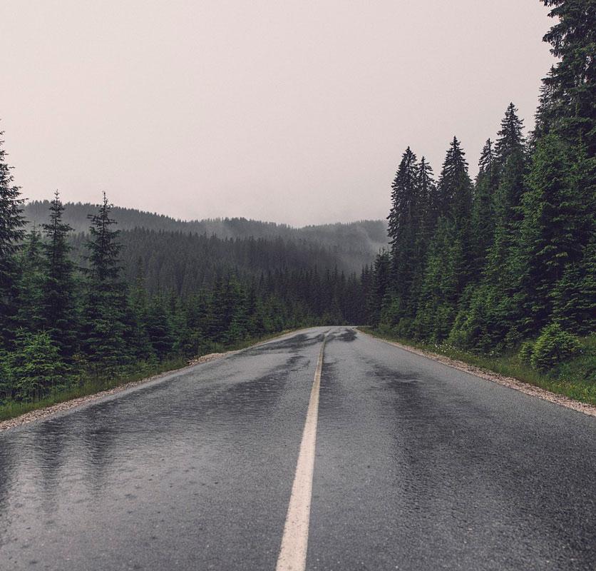Asfaltar con lluvia es una tarea difícil