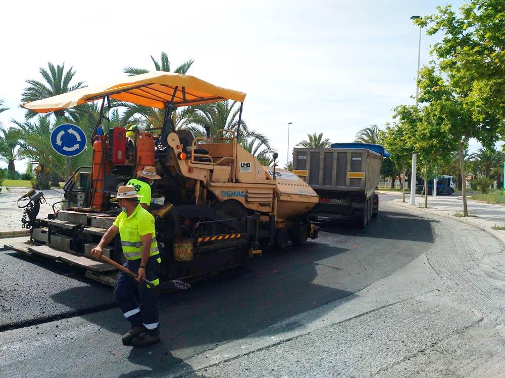 Obra de asfaltado de la carretera de la Avenida de la Unesco en Elche