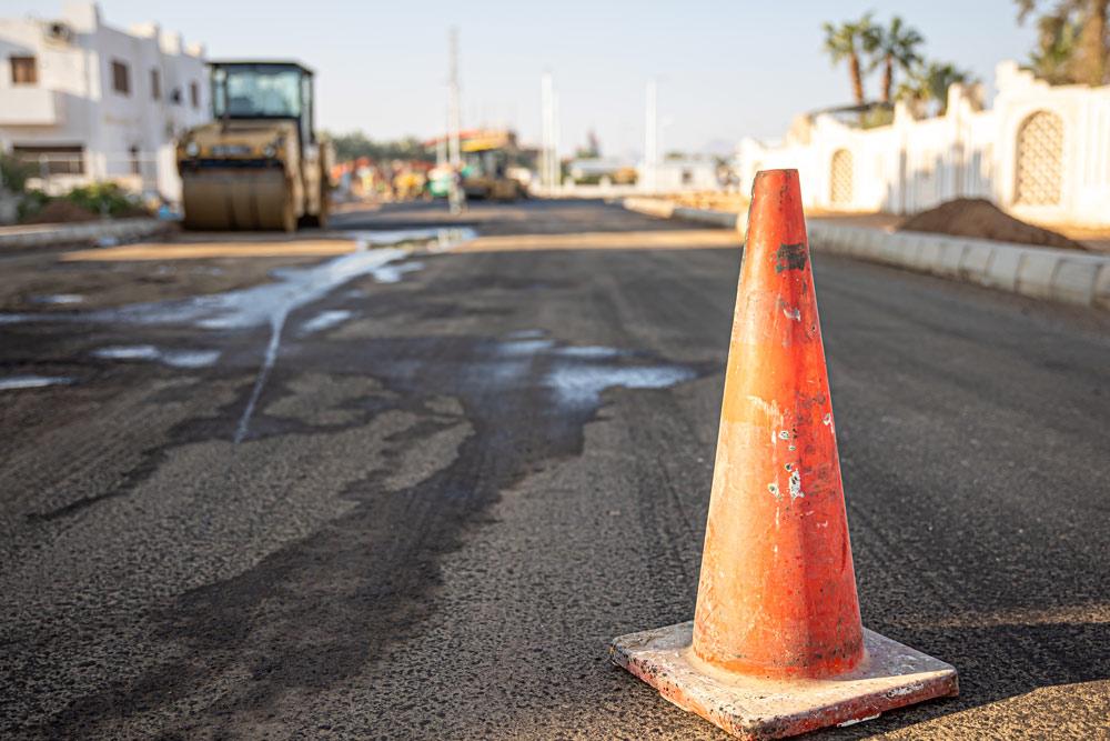 Sellado de fisuras en asfalto o reasfaltar, ¿qué es mejor?